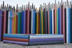 Zaun von mehrfarbigen hölzernen Bleistiften Stockbilder