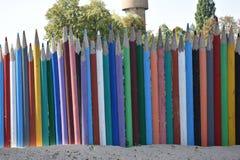 Zaun von mehrfarbigen hölzernen Bleistiften Stockfotografie