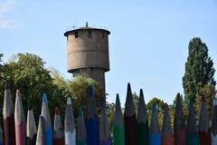 Zaun von mehrfarbigen hölzernen Bleistiften Lizenzfreie Stockfotografie