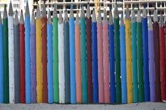 Zaun von mehrfarbigen hölzernen Bleistiften Lizenzfreies Stockbild