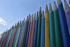 Zaun von mehrfarbigen hölzernen Bleistiften Lizenzfreie Stockbilder