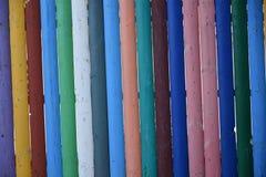 Zaun von mehrfarbigen hölzernen Bleistiften Stockfotos