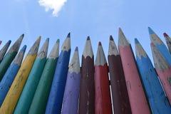Zaun von mehrfarbigen hölzernen Bleistiften Stockbild