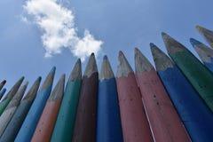 Zaun von mehrfarbigen hölzernen Bleistiften Lizenzfreies Stockfoto