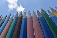 Zaun von mehrfarbigen hölzernen Bleistiften Stockfoto