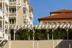 Zaun zwischen Gebäuden im Wohngebiet Lizenzfreies Stockfoto