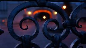 Zaundetail an Pannonhalma-Abtei nachts stockfotografie