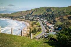 Zaunlinie am szenischen Ausblick des Gipfels, der Strände Okitu und Wainui nahe Ostküste Gisborne, Nordinsel, Neuseeland übersieh Stockfotos