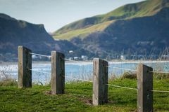 Zaunlinie am szenischen Ausblick des Gipfels, Makorori-Landspitze, nahe Ostküste Gisborne, Nordinsel, Neuseeland Stockfotos