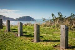 Zaunlinie am szenischen Ausblick des Gipfels, Makorori-Landspitze, nahe Ostküste Gisborne, Nordinsel, Neuseeland Stockbild