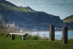 Zaunlinie und Erinnerungssitz am szenischen Ausblick des Gipfels, Makorori-Landspitze, nahe Ostküste Gisborne, Nordinsel, Neuseel Stockbild