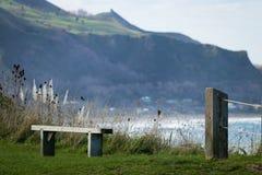 Zaunlinie und Erinnerungssitz am szenischen Ausblick des Gipfels, Makorori-Landspitze, nahe Ostküste Gisborne, Nordinsel, Neuseel Lizenzfreies Stockfoto