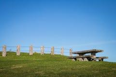 Zaunlinie und -Picknicktisch am szenischen Ausblick des Gipfels nahe Ostküste Gisborne, Nordinsel, Neuseeland Lizenzfreie Stockfotos