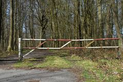 Zaunsperrenwegwaldverbotspur Lizenzfreies Stockfoto