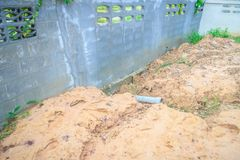 Zaunwand der eben gebauten Wohnung wird und eingestürzte DU gekippt Lizenzfreie Stockfotos