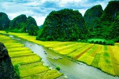 Zawala się turystyczne łodzie w Tama Coc, Ninh Binh, Wietnam Zdjęcie Stock