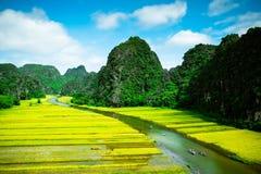 Zawala się turystyczne łodzie w Tama Coc, Ninh Binh, Wietnam Obraz Stock