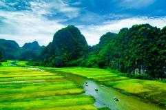 Zawala się turystyczne łodzie w Tama Coc, Ninh Binh, Wietnam Zdjęcia Stock