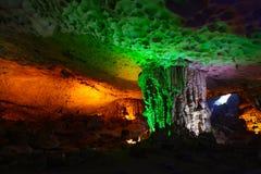 Zawala się z soplenami i stalagmitami z kolorowymi światłami Obrazy Stock
