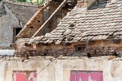 Zawalony dach z płytkami up na starym rujnującym domowym domu po trzęsienia ziemi lub huraganowego burzy zakończenia zdjęcie stock