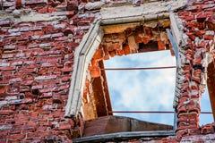 Zawalony nadokienny otwarcie ceglany dom zdjęcie royalty free