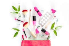 Zawartość wonam ` s piękna torba Kosmetyki, antykoncepcyjny i pigułki na białego tła odgórnym widoku, Fotografia Stock