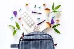 Zawartość wonam ` s piękna torba Kosmetyki, antykoncepcyjny i pigułki na białego tła odgórnym widoku, Obrazy Stock