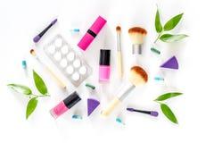 Zawartość wonam ` s piękna torba Kosmetyki, antykoncepcyjny i pigułki na białego tła odgórnym widoku, Zdjęcie Royalty Free