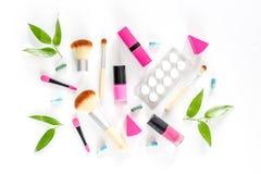 Zawartość wonam ` s piękna torba Kosmetyki, antykoncepcyjny i pigułki na białym tło odgórnego widoku copyspace, Obraz Royalty Free