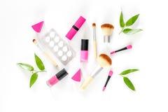 Zawartość wonam ` s piękna torba Kosmetyki, antykoncepcyjny i pigułki na białym tło odgórnego widoku copyspace, Obraz Stock