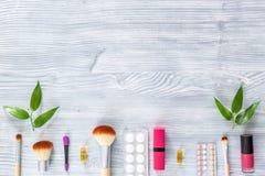 Zawartość wonam ` s piękna torba Kosmetyki, antykoncepcyjny i pigułki na drewnianym stołowym tło odgórnego widoku copyspace, Obraz Stock