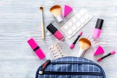 Zawartość wonam ` s piękna torba Kosmetyki, antykoncepcyjny i pigułki na drewnianym stołowym tło odgórnego widoku copyspace, Zdjęcie Royalty Free