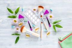 Zawartość wonam ` s piękna torba Kosmetyki, antykoncepcyjny i pigułki na drewnianym stołowym tło odgórnego widoku copyspace, Obrazy Royalty Free
