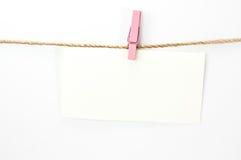 Zawiadomienia karty, białego papier, i drewniana klamerka Fotografia Stock