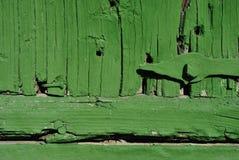 Zawiasy na starej stajni drewnianym drzwi z podławą zieloną farbą, grunge horyzontalny tło zdjęcie royalty free