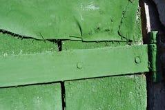 Zawiasy na starej stajni drewnianym drzwi z podławą zieloną farbą, grunge horyzontalny tło fotografia stock
