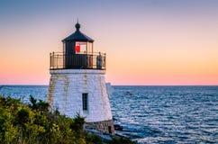 Zaświecająca latarnia morska przy zmierzchem Obrazy Stock