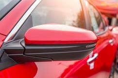 Zawierać w bocznym lustrzanym zwrota sygnale czerwony samochód Kryjący zwolennik zwrota sygnał fotografia stock
