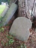 Zawieruszający grób kamień obrazy royalty free
