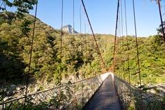 Zawieszenie most łączy dwa strony dolina w górach obrazy royalty free