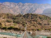 Zawieszenie most łączy dwa wioski w dalekiej części Nepal fotografia stock