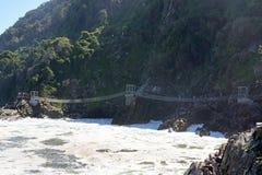Zawieszenie most, burzy ` s rzeka, Tsitsikamma, Południowa Afryka zdjęcia stock