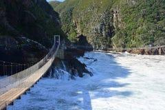 Zawieszenie most, burzy ` s rzeka, Tsitsikamma, Południowa Afryka fotografia royalty free