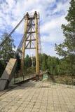 Zawieszenie most między wyspami na halnym rzecznym Katun obraz royalty free