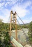 Zawieszenie most między wyspami na rzecznym Katun zdjęcie royalty free