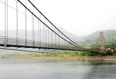 Zawieszenie most na Mgłowy Bajkowym Dongjiang rzeka fotografia stock