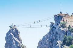 Zawieszenie most nad bezdennością zdjęcia stock