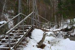 Zawieszenie most nad halną rzeką zdjęcie stock