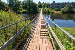Zawieszenie most nad rzecznym Msta obrazy stock