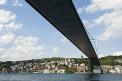 Zawieszenie most nad rzeką fotografia royalty free